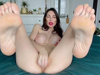 Beautiful feet and a pussy with an orgasm