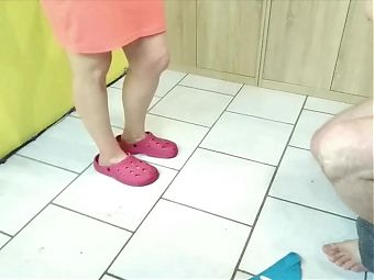 feet queen - House cleaning with a difference! Cum on gloves